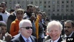 Cенаторы Джон Маккейн и Джозеф Либерман (слева направо).
