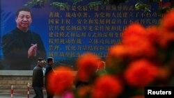 중국 공산당 제18기중앙위원회6차전회 이틀째인 지난 25일 베이징 거리에 시진핑 중국 국가주석의 사진이 담긴 포스터가 걸려있다.