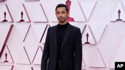 Riz Ahmed tiba di acara Oscar pada hari Minggu, 25 April 2021, di Union Station di Los Angeles. (Foto: AP/Chris Pizzello)