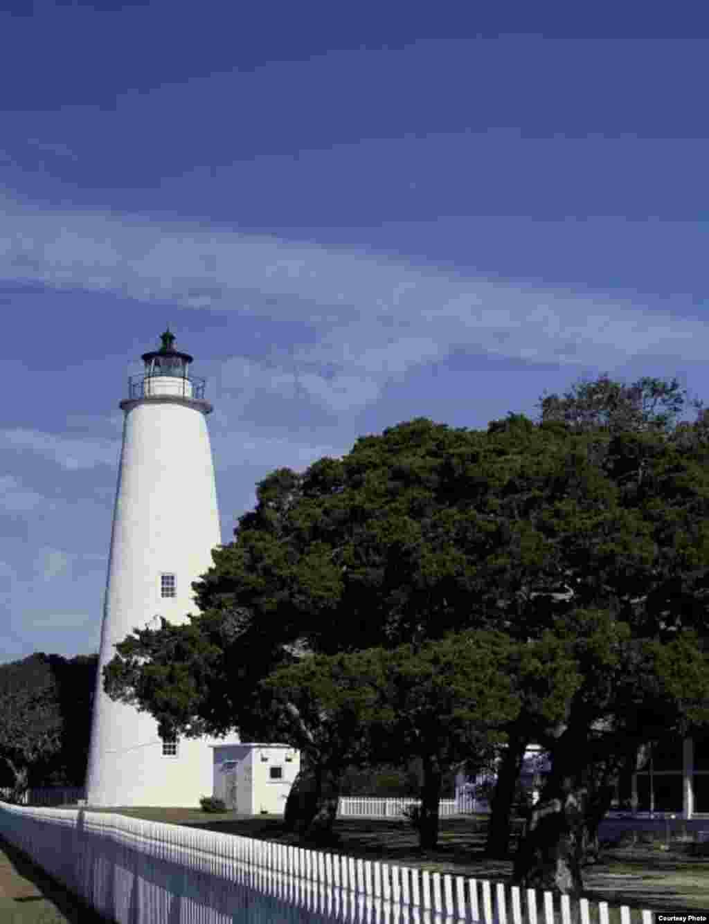 El faro de Ocracoke construido en el condado de Hyde, en la isla de Ocracoke en Carolina del Norte fue construido en 1823 por el constructor de Massachusetts, Noah Porter. El faro tiene 23 metros de altura y un diámetro de 8 metros en su base hasta