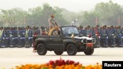 Panglima militer Burma, Jenderal Min Aung Hlaing menginspeksi pasukan dalam peringatan Hari Angkatan Bersenjata Burma ke-68 di Naypyitaw (27/3).