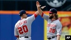 Jayson Werth (derecha) y Ian Desmond celebran el tercer triunfo consecutivo frente a los Mets en el estadio Citi Field de Nueva York.