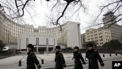 武警列隊走過中國人民銀行在北京的總部大樓(2011年2月9日)