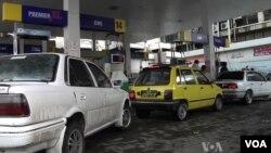 巴基斯坦首都伊斯蘭堡的加油站經常出現車龍
