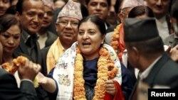 Bà Bhandari trở thành nữ chính trị gia hàng đầu sau khi phu quân của bà, một cựu lãnh đạo Cộng sản, qua đời năm 1993.