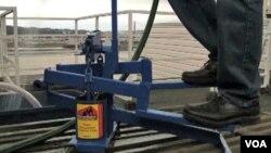 Para un campesino remplazar un balde con una máquina de bombeo puede significar el inicio de la comercialización de sus productos.