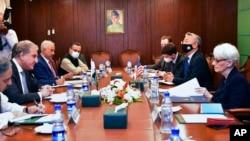 美国副国务卿谢尔曼与巴基斯坦外长库雷希在伊斯兰堡就阿富汗问题举行会谈(2021年10月8日)