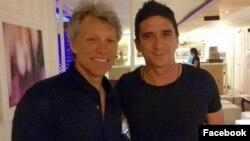 Jon Bon Jovi y su amigo el cantante cubano David Blanco durante la inesperada visita del rockero estadounidense a La Habana.