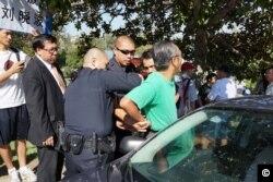 蒙特利公园市的警察逮捕江凤林(李豫仁拍摄)