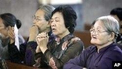ພວກນັບຖືສາສະໜາ Catholic ສວດມົນພາວະນາ ຢູ່ໃນໂບດແຫ່ງນຶ່ງ ໃນຫວຽດນາມ ( AP Photo/David Longstreath)