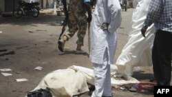 Telo žrtve napada u Kaduni u Nigeriji, 26. april, 2012.