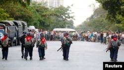Polisi Myanmar melakukan patroli di kawasan permukiman Muslim di Mandalay, Myanmar (4/7).