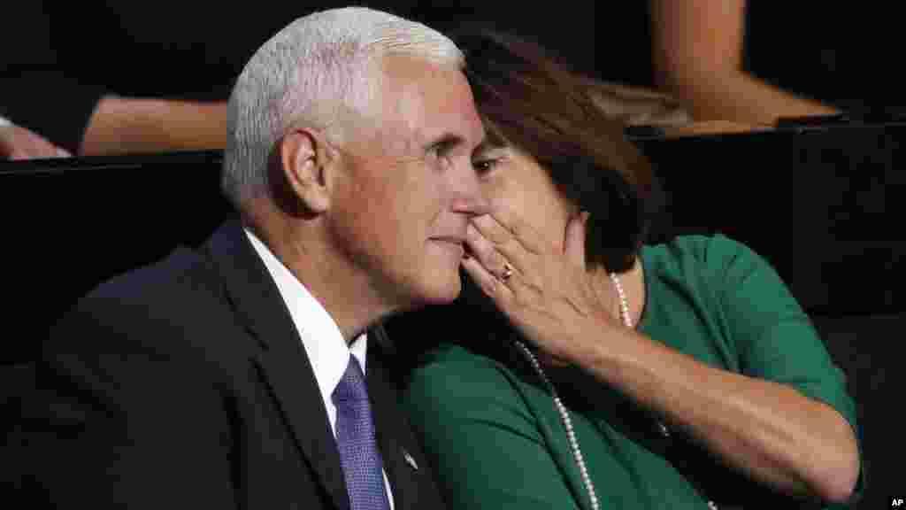 Karen Pence parle avec son mari le gouverneur Mike Pence, lors de la de la convention nationale républicaine à Cleveland, le 18 Juillet, 2016.
