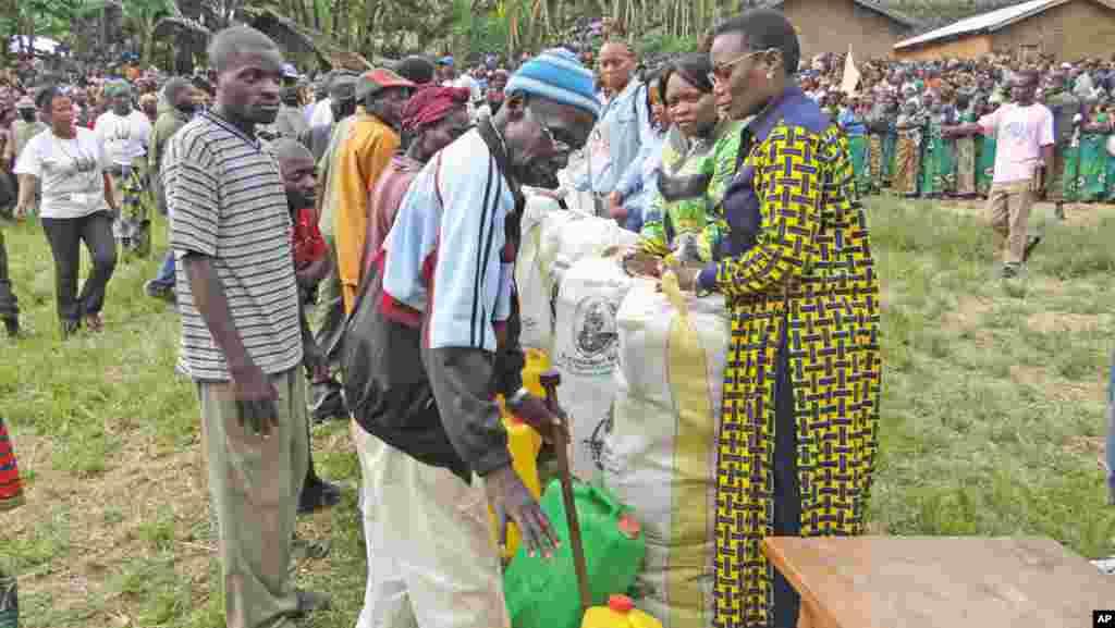 Janet Kabila akizungumza na mzee wa kijiji cha Uele ya JUu alipokuwa anatoa msaada kutoka wakfuu ya babake