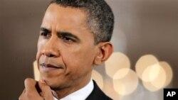 Madaxweyne Barack Obama oo dhageysanaya su'aallo lagu weydiiyay xilli uu shir jaraa'di ku qabtay Aqalka Cad. Nov. 3, 2010.