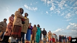Godina Johaansibergi gama Kibbaatti warrii ganamaan ka'e akkana nama isaan bulchu filata. South Africans queue in the early morning cold to cast their votes in the mining settlement of Bekkersdal, west of Johannesburg, in South Africa Wednesday, May 8, 2019.
