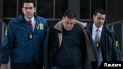 El miembro de la familia Gambino Franco Lupoi es conducido por agentes del FBI tras ser arrestado en Nueva York.