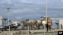 Xe tải bị phá hủy được kéo ra khỏi hiện trường vụ đánh bom tự sát ở Kabul, Afghanistan, ngày 13/10/2014.