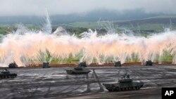 18일 일본 도쿄 남서부 고템바에서 자위대가 연례 군사 훈련을 하고 있다.