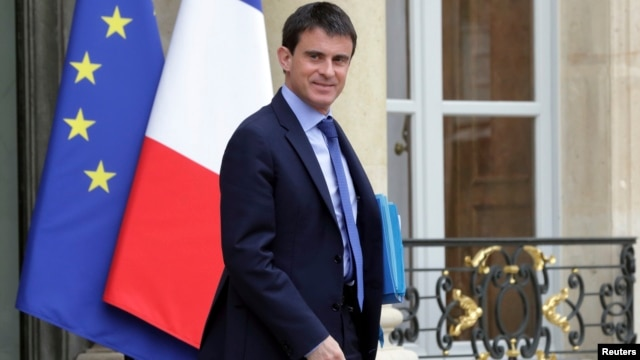 French Prime Minister Manuel Valls leaves a meeting with members of the government at the Elysee Palace in Paris, May 26, 2014.