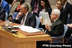 """Presiden Otoritas Palestina Mahmoud Abbas menunjukkan sebuah peta yang menunjukkan wilayah yang diusulkan pemerintah Trump sebagai negara Palestina di masa depan. """"Ini seperti keju Swiss,"""" ujarnya di DK PBB, Selasa, 11 Februari 2020. (Foto: PTRI)"""