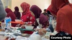 Warga menyerbu stan makanan di acara Indo Feast Halal Festival (dok: Ake Pangestuti)