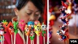 """Con tò he cắm que tre """"truyền thống"""" của Bắc Kinh (trái) và Đài Loan (phải). Xem con rồng bên phải thì thấy kỹ thuật cuộn mầu đa sắc mấy trăm năm của Xuân La Việt Nam nay trở thành nghệ thuật truyền thống của Đài Loan. (Hình: Trịnh Bách)"""