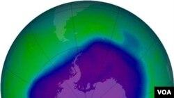 Foto lapisan atmosfir bumi yang dihasilkan oleh kamera dari alat pemonitor ozon milik NASA (foto: dok). Hasil penelitian terbaru menemukan lapisan oksigen di lapisan inti luar Bumi lebih rendah dari perkiraan sebelumnya.