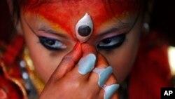 Kumari, nữ thần sống của thành phố, là các em gái được tôn thờ như biểu tượng của nữ thần Hindu Durga.