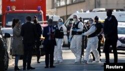 Polisi Perancis mengamankan lokasi terjadinya serangan pisau di Rambouillet, pinggiran Paris, Prancis hari Jumat (23/4).