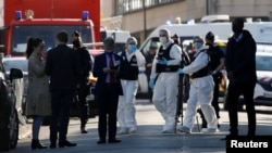 Cảnh sát hiện diện tại nơi một kẻ tấn công đâm chết một nữ nhân viên hành chính cảnh sát, ở Rambouillet, gần Paris, Pháp, ngày 23 tháng 4, 2021.