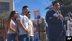 Foto keluarga Guadalupe Garcia de Rayos di belakang pengacaranya di Phoenix, Arizona. Garcia de Rayos dideportasi pada 9 Februari 2017 lalu.