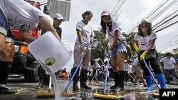 Các tình nguyện viên chùi rửa đường phố ở thủ đô Bangkok, Thái Lan, ngày 20/11/2011