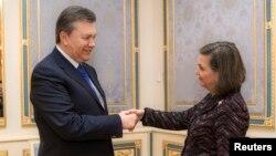 빅토르 야누코비치 우크라이나 대통령(왼쪽)이 6일 키예프에서 빅토리아 눌런드 미 국무부 유럽·유라시아 담당 차관보와 면담했다.