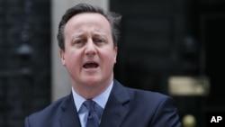 Perdana Menteri Inggris David Cameron memberikan pernyataan di luar kantornya di London (foto: dok).