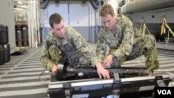 """美國海軍設備操作員展示簡稱""""拖魚""""的拖曳式側掃聲納設備。(視頻截圖)"""
