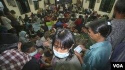 Para pengungsi Merapi di salah satu tempat penampungan pengungsi di Yogyakarta.