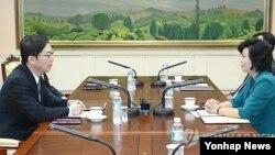 Ông Chun Hae-sung, giới chức phụ trách về chính sách thống nhất của Nam Triều Tiên và bà Kim Sung-hye, giới chức cao cấp thuộc Ủy ban Thông nhất trong Hòa bình của Bắc Triều Tiên họp tại làng Bản Môn Điếm