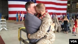 El abrazo entre el soldado y su pareja ha generado un revuelo en las redes sociales y los medios estadounidenses.
