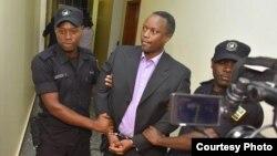 Iyamuremye Jean Claude mu maboko y'Abapolisi ubwo yagezwaga mu Rwanda avanywe mu Buholandi