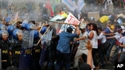Cảnh sát sử dụng vòi rồng để giải tán biểu tình ở Manila, Philippines, ngày 19/11/2015.