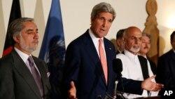 El secretario de Estado de EE.UU., John Kerry, junto a Ashraf Ghazi Ahmadzai (derecha), y Abdullah Abdullah en Kabul.