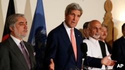 지난달 12일 존 케리 미국 국무장관이 카불을 방문해 대선 후보들이 재검표에 합의했다고 발표하고 있다. (자료사진)