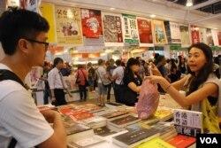 香港市民黃先生購買有關香港本土及粵語文化的書籍(美國之音湯惠芸)