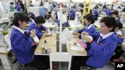개성공단 내 한국 기업에서 근무하는 북한 근로자들. (자료 사진)