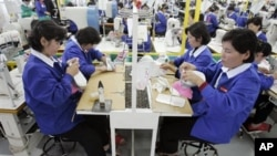 在南韓鞋廠工作北韓勞工。(資料照)