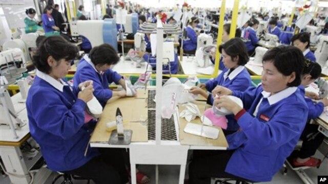 개성공단 한국 기업에서 일하는 북한 근로자. (자료사진)