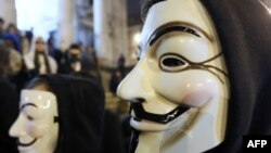 """Người biểu tình đeo mặt nạ biểu tượng của nhóm tin tặc """"Anonymous"""""""
