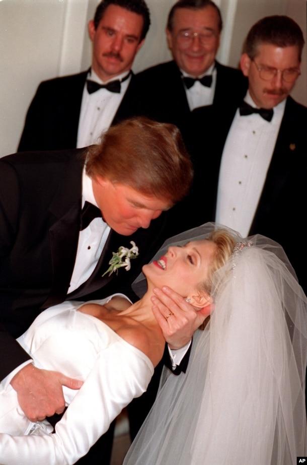 1993年12月20日,川普和馬拉·梅爾普斯結婚