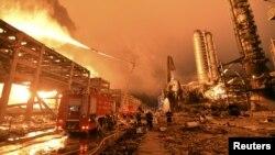 Hiện trường vụ nổ nhà kho chứa hóa chất ở thành phố Thiên Tân, Trung Quốc.